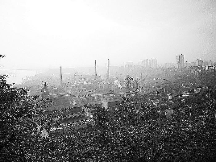 实习记者代靖 特约记者董梅   重钢集团近日称,随着该集团铁业公司116立方米高炉最后一炉铁的出炉,标志着这家年产生铁30万吨的中型炼铁企业全面关停,目前该企业已开始逐步拆除。据记者了解,当前重钢集团正快速推进环保搬迁工程建设,预计到2011年6月,重钢环保搬迁一期工程将全部建成投产,同时关停大渡口老厂区,实现淘汰落后、节能减排的目标,在重庆长寿新区将形成以4100mm宽厚板、2700mm中板、1780mm热轧板带3条轧机生产线产品为主导,年产钢600万吨的长江上游钢材精品生产基地和中国重要的船舶用