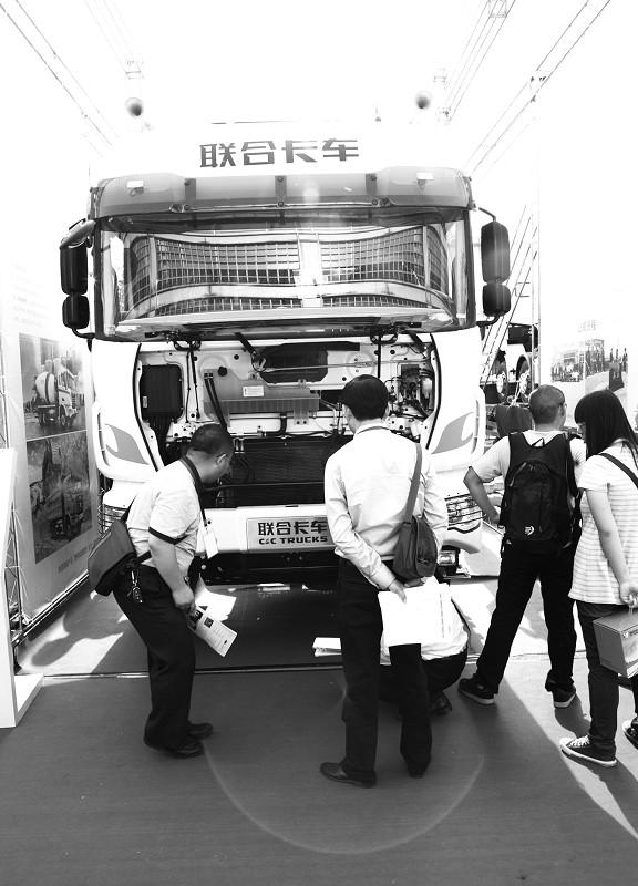 李铭   日前,由联合卡车主办的2012中国LNG重卡行业发展高峰论坛 在北京举行。   据了解,LNGV的主要用途为运输天然气及作为以LNG为燃料的商用车生产资料。与柴油版重卡相比,具备五大优势:一是更经济,LNG价格仅为柴油的60%~75%,同时燃烧充分,可延长发动机寿命,维护成本低;二是更安全,LNG燃料储罐比油罐坚固、强度高,燃点、爆炸极限远高于汽柴油和液化石油;三是更环保,能减少93%的一氧化碳,33%的氮氧化物和50%的活性烃气体排放,达到欧甚至更高排放标准;四是续航里程长,双气瓶