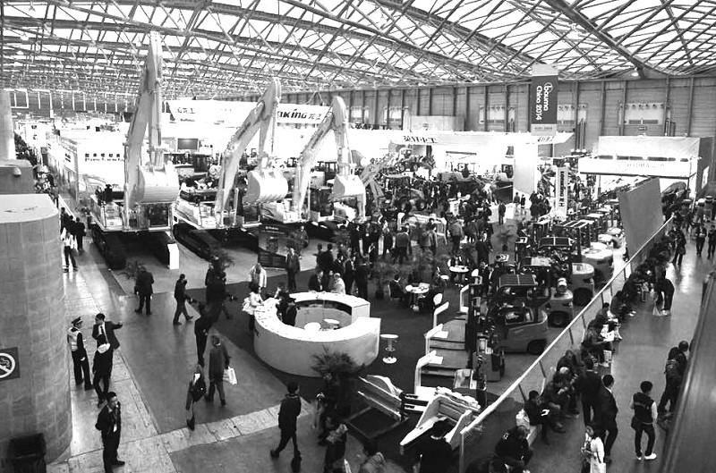 本报讯 (记者 烨函)11月2~28日,备受行业关注的2014上海宝马展(bau-ma China 2014)即第7届中国国际工程机械、建材机械、工程车辆及设备博览会在上海新国际博览中心隆重举行。   以以人为本、精巧灵动理念闻名的龙工(上海)叉车有限公司 (简称龙工叉车)携一大批新品重磅出展。新品涵盖了内燃叉车、蓄电池叉车、港口叉车、仓储叉车等四大品类的200多种型号,是在成熟产品基础上优化升级推出的系列品类。   现场展示的LG20DR前移式叉车、LG15ED电动托盘堆垛车、LG20ET电